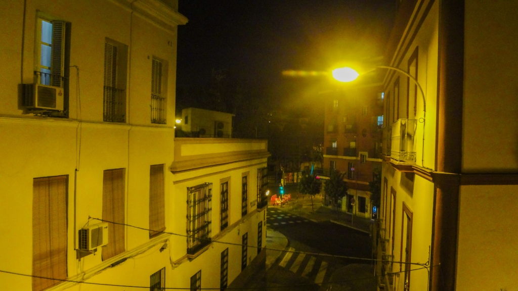 Vista nocturna desde un balcón en Sevilla, España