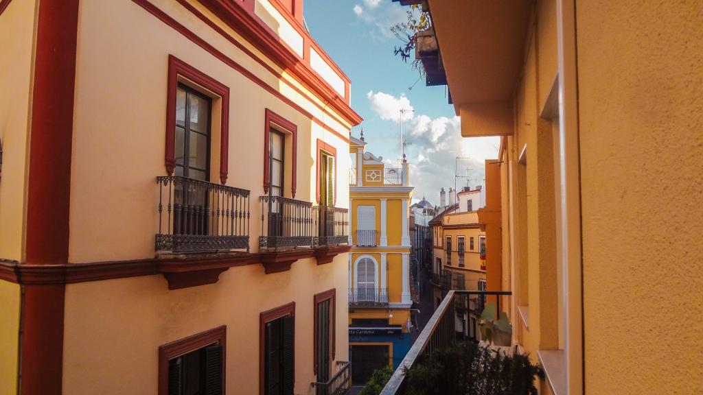 Vista desde un balcón en Sevilla, España.